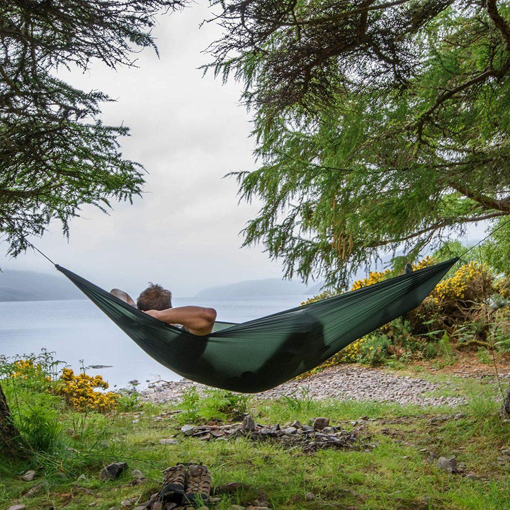 pessoa deitada em uma rede de balanço ao ar livre