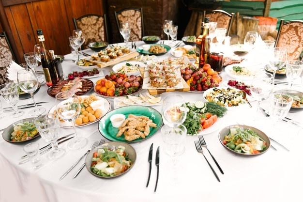 mesa branca com comidas variadas