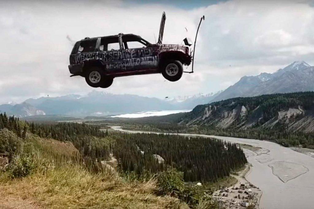 carro caindo de um penhasco