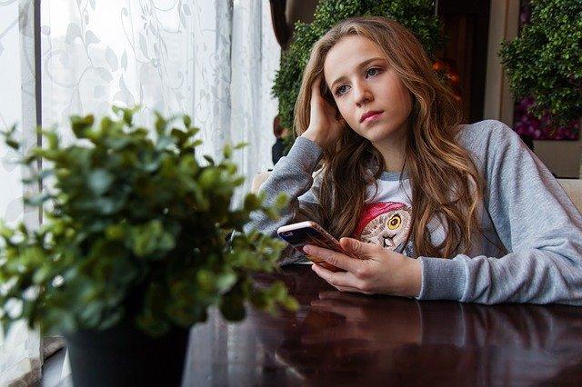 menina triste decepcionada em um café