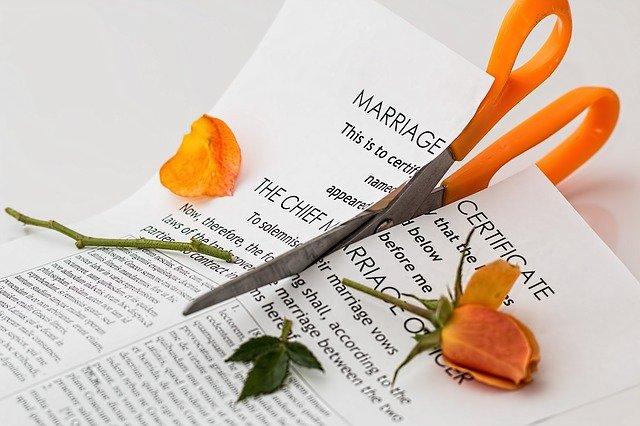 tesoura cortando a certidão de divórcio