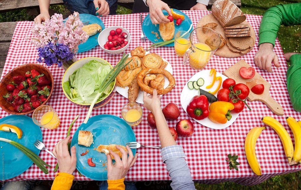 toalha xadrez na mesa com vários tipos de comida