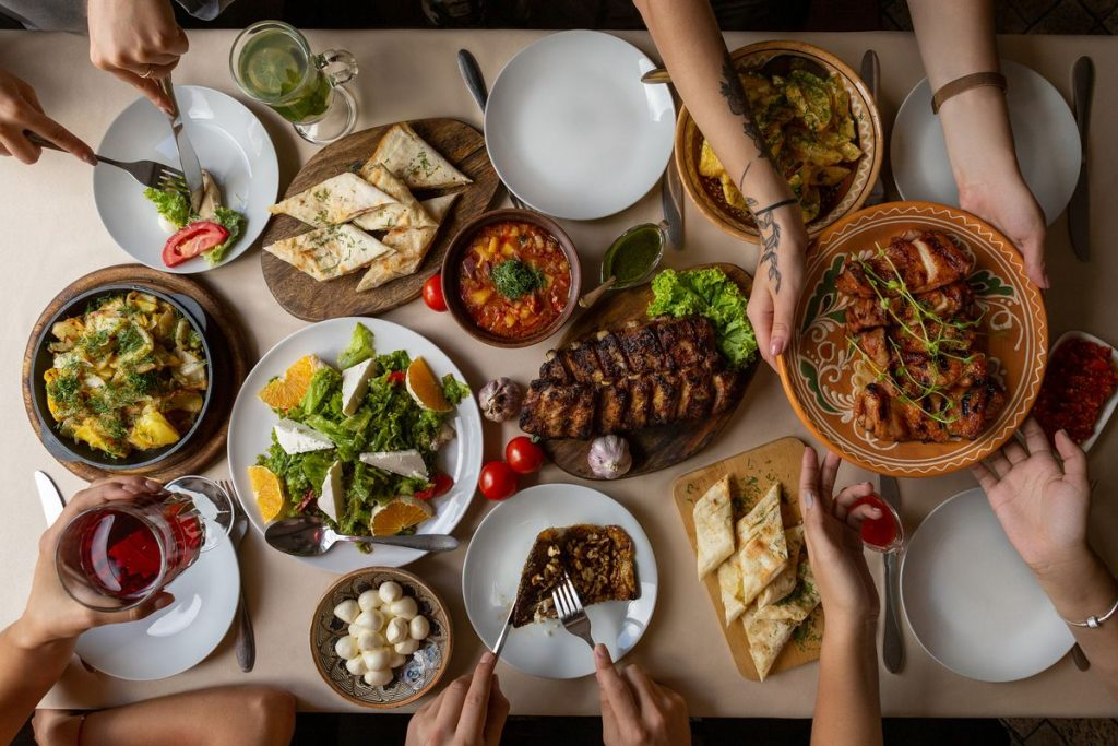 mesa farta com inúmeros tipos de comida