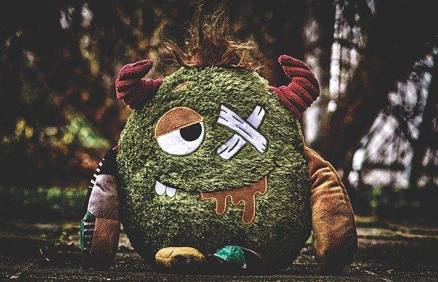 pequeno monstro de pelúcia