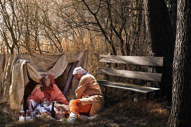 duas pessoas pobres em uma barraca
