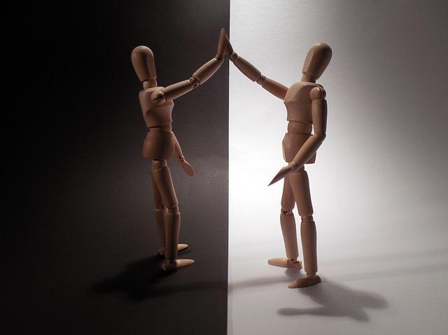 duas pessoas se reconciliando