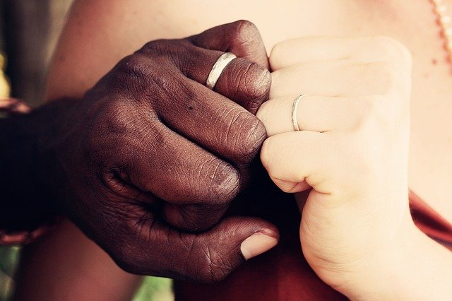 mãos de um casal que se reconciliou