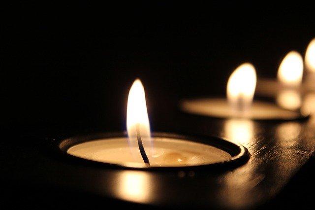 velas acesas em um fundo preto
